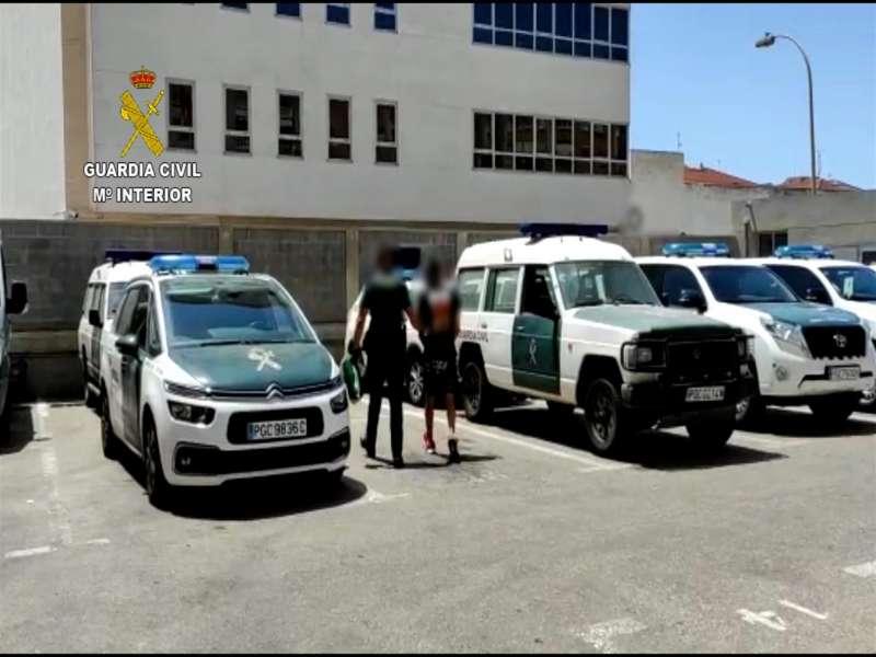 Foto cedida por la Guardia Civil de la detención de un hombre n Torrevieja por diez robos en una semana.