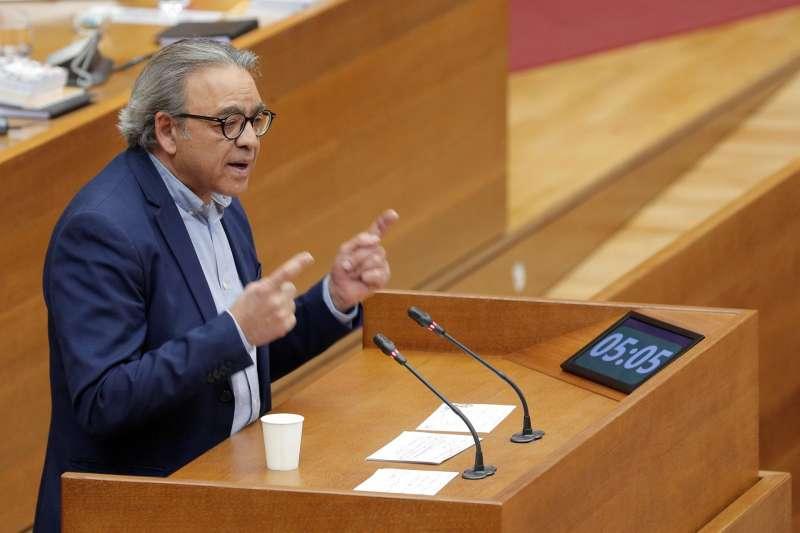 El portavoz del grupo socialista en Les Corts, Manolo Mata, durante su intervención en el pleno de Les Corts Valencianes.