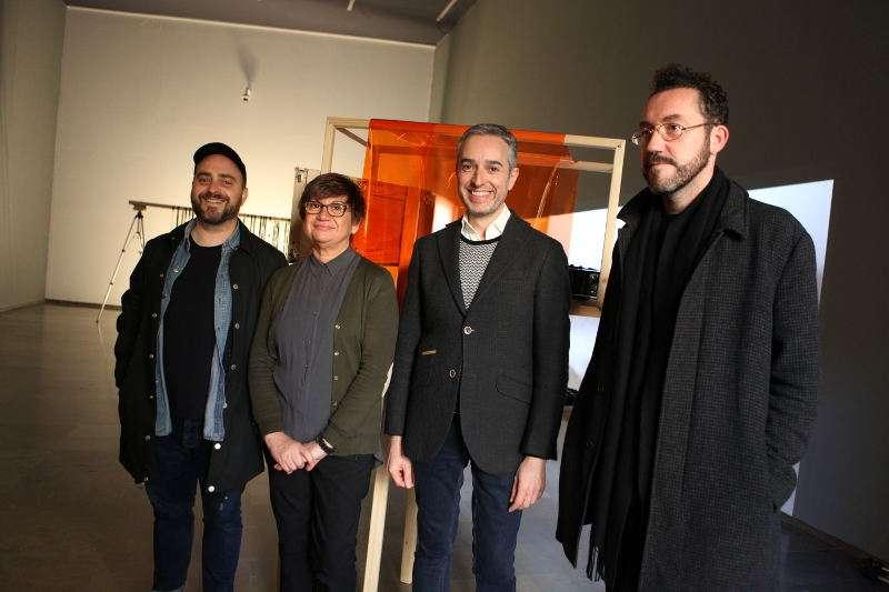 El director del Centre del Carme, José Luis Pérez Pont,  acompañado por el comisario y los artistade la muestra. EPDA