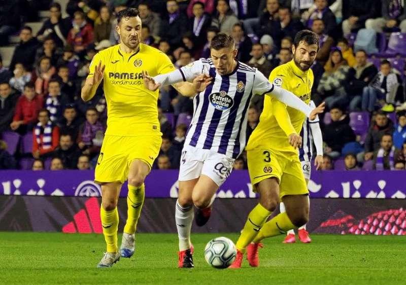 El centrocampista del Real Valladolid Rubén Alcaraz (c) se escapa de Raúl Albiol (d) y Vicente Iborra (i), ambos del Villarreal, en el partido de LaLiga que Real Valladolid y Villarreal disputaron en el estadio José Zorrilla, en Valladolid. EFE/ R.García