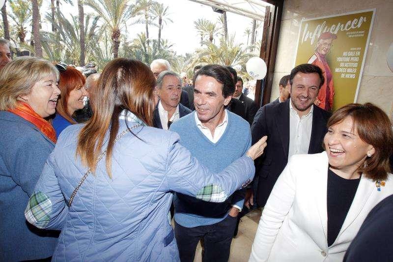 José Maria Aznar, entre Isabel Bonig y Pablo Ruz, llegando al encuentro con militantes y simpatizantes del PP. EFE