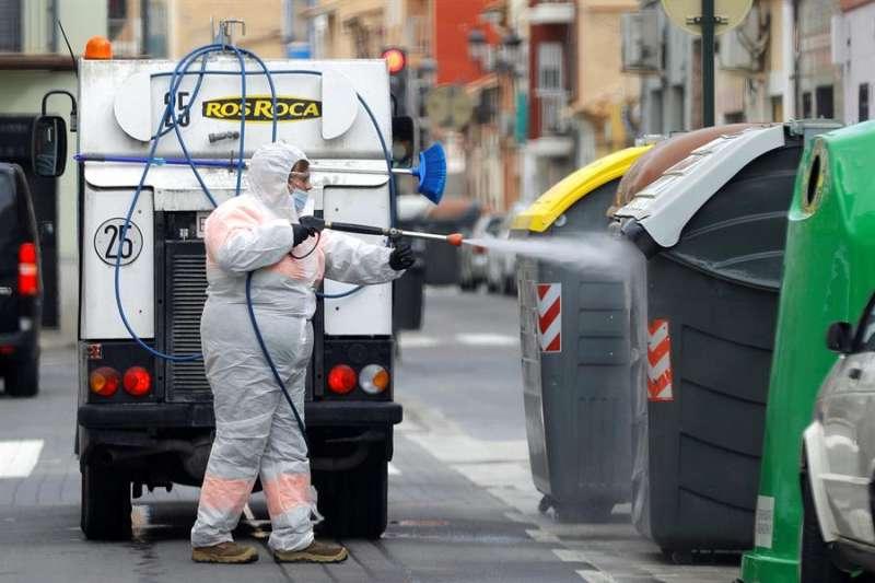 Una operario desinfecta los contenedores de residuos en València en una imagen de archivo. EFE