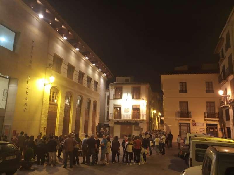 Colas para acceder al Teatro Serrano