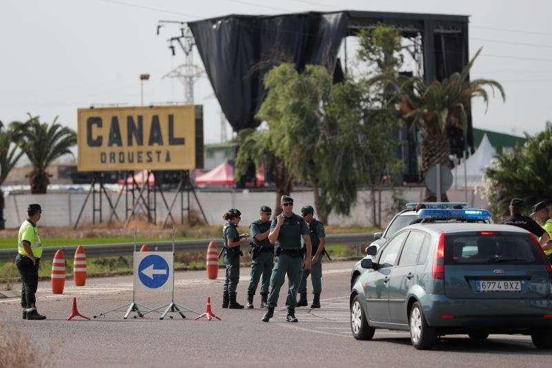 Agentes de la Guardia Civil cortan la carretera de acceso a la Sala Canal donde estaba prevista la celebración del festival de música electrónica Marenostum. EFE