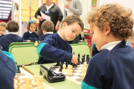 Niños jugando al ajedrez en el centro educativo. EPDA