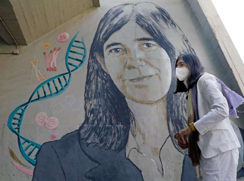 María Blasco, junto a su mural. EPDA