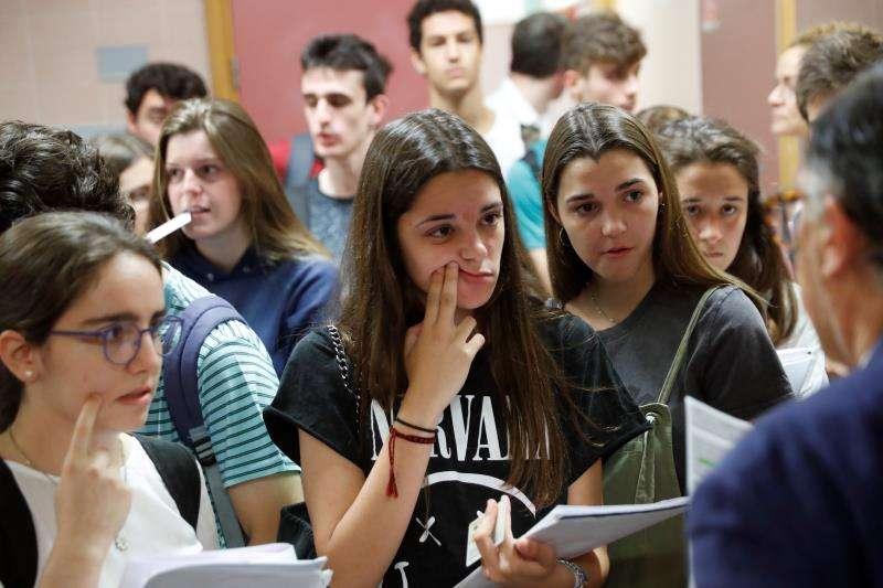 Un grupo de estudiantes antes de los exámenes de la PAU. EFE/Archivo