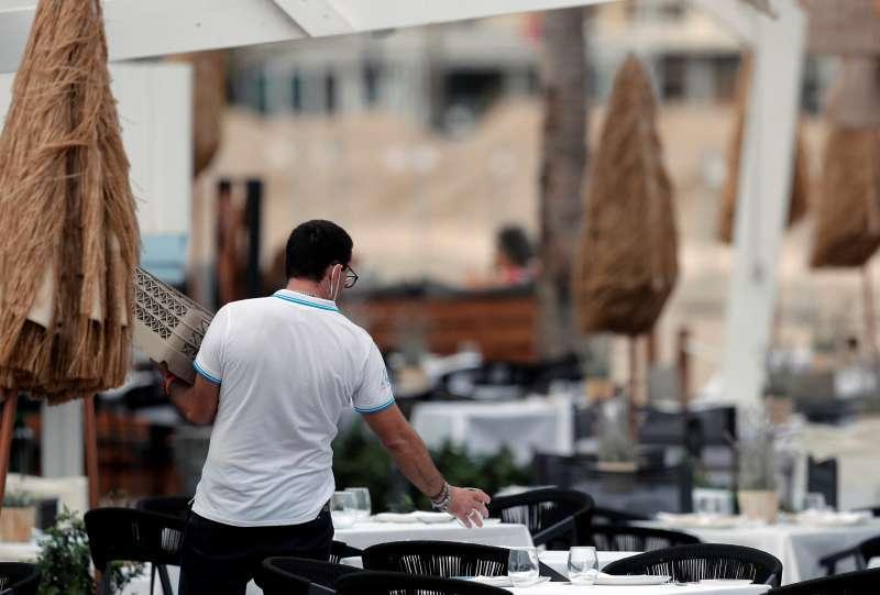 Un camarero monta las mesas en una terraza de un negocio de la Comunitat Valenciana. Archivo EPDA