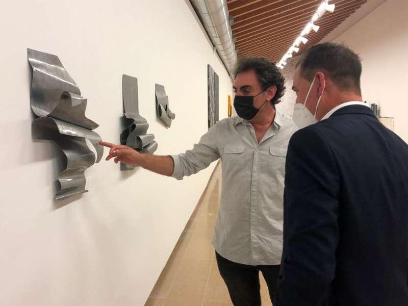 El alcalde visitando la exposición. EPDA.