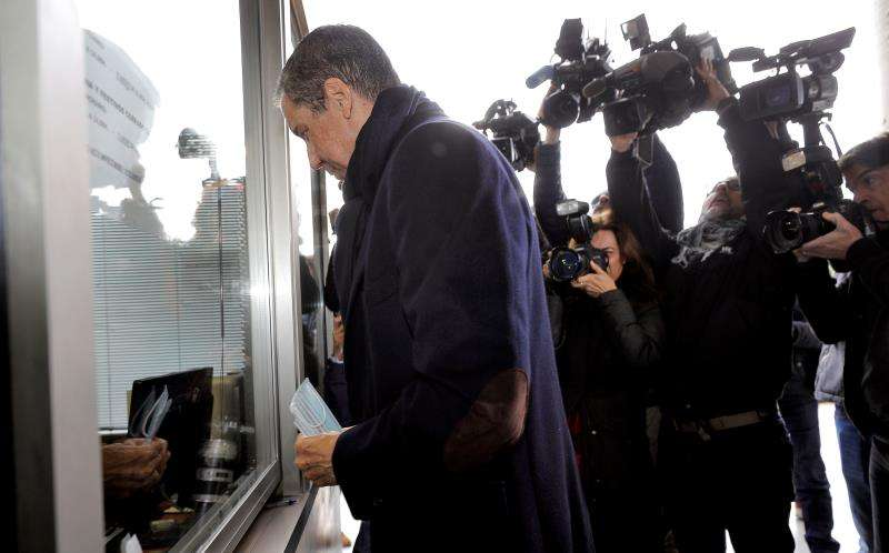 El expresidente de la Generalitat Eduardo Zaplana a su llegada a la oficina de presentaciones del Juzgado de guardia de Val�ncia. EFE/Archivo