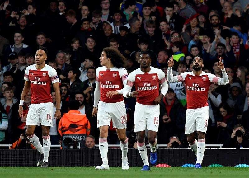 Jugadores del Arsenal celebran uno de los goles