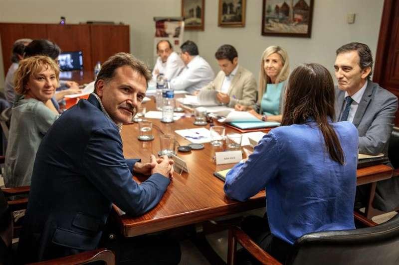 El concejal de Movilidad Sostenible del Ayuntamiento de València y presidente de la Empresa Municipal de Transportes (EMT), Giuseppe Grezzi (i), al comienzo de la comisión de investigación del fraude de la EMT. EFE/Biel Aliño/Archivo
