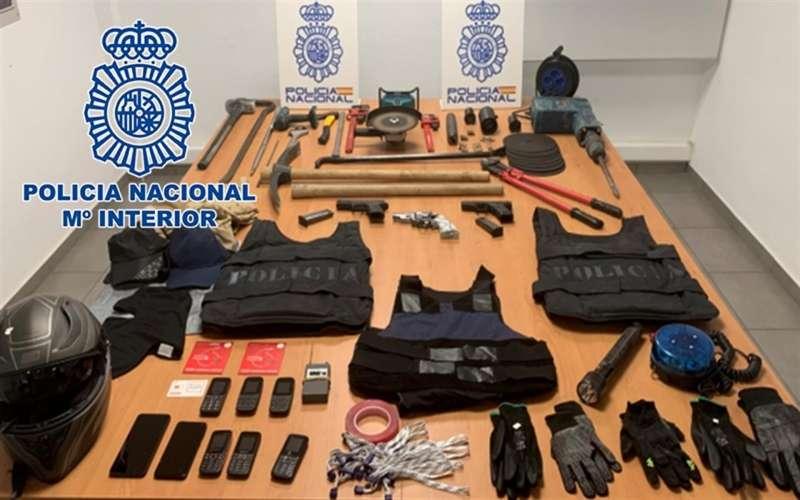 Imagen cedida por la Policía Nacional del material interceptado en la operación. EFE