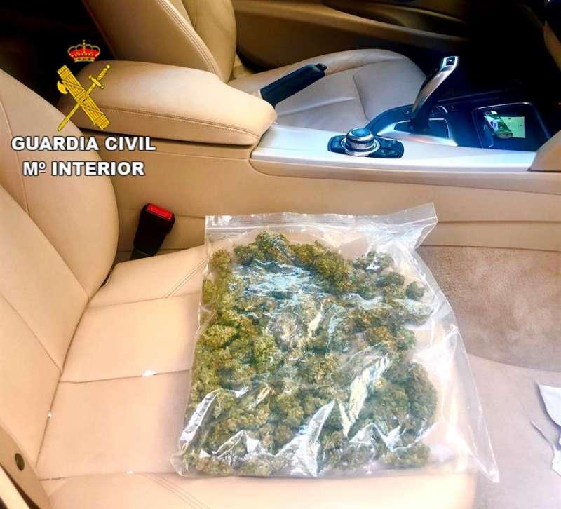 La bolsa contenía 170 gramos de cogollos de marihuana. EFE
