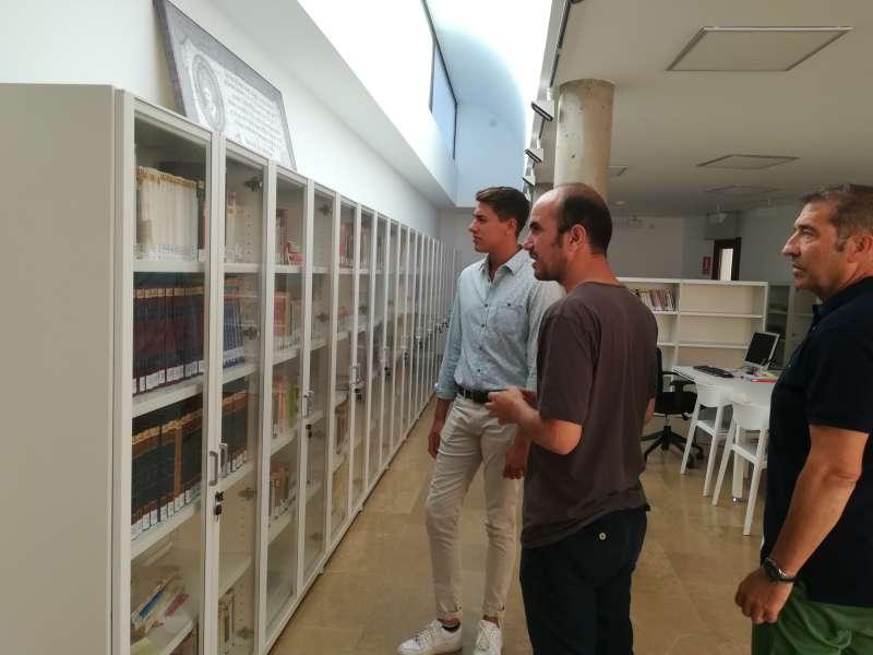 El edil del área en el consistorio, Ramon Simó, visita la Biblioteca Papa Luna Ovidio Cuella. EPDA
