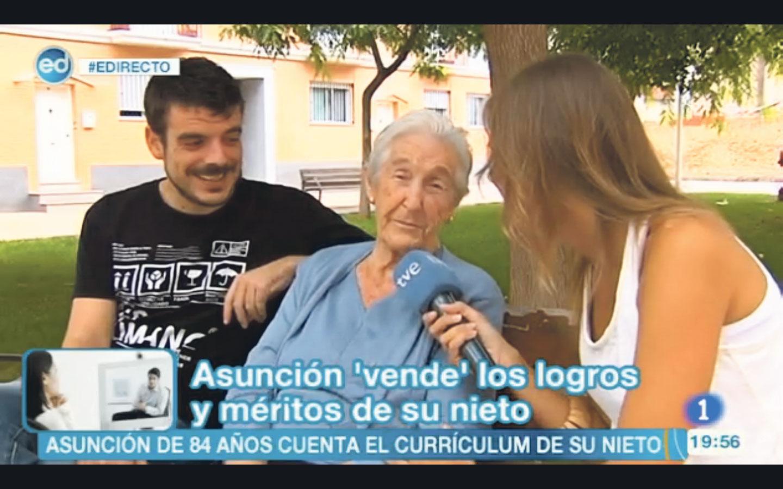 Miquel Rubio y Asunción Morales entrevistados por una reportera de España Directo. FOTO EPDA