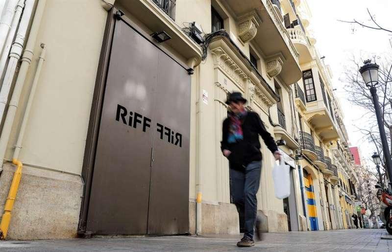 Un hombre pasa ante la puerta del restaurante RiFF de València.-EFE