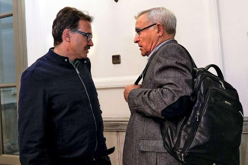 El alcalde de València, Joan Ribó (dcha), conversa con el concejal de Movilidad, Giuseppe Grezzi. EFE/Archivo