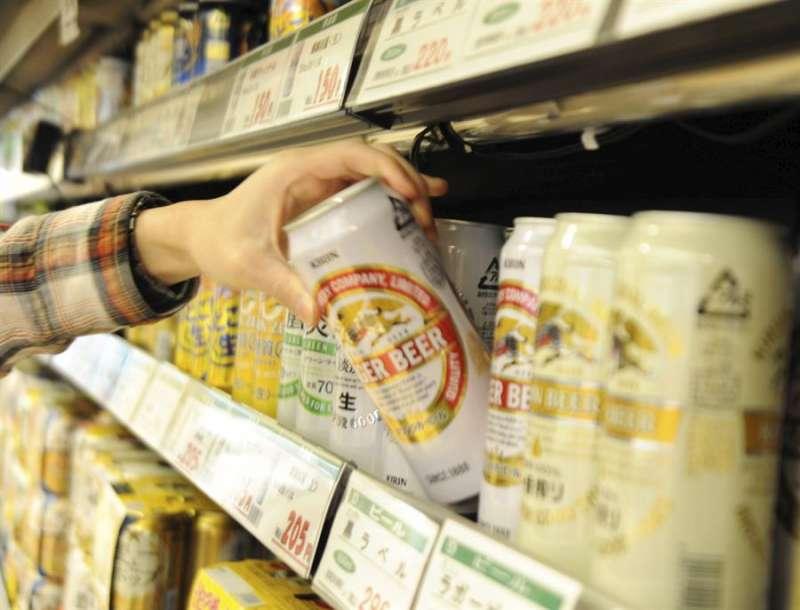 Una persona saca una lata de cerveza en un supermercado. EFE/Archivo