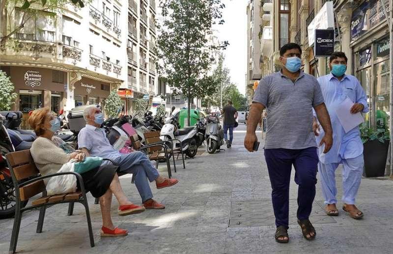Viandantes con la mascarilla de protección en València. EFE
