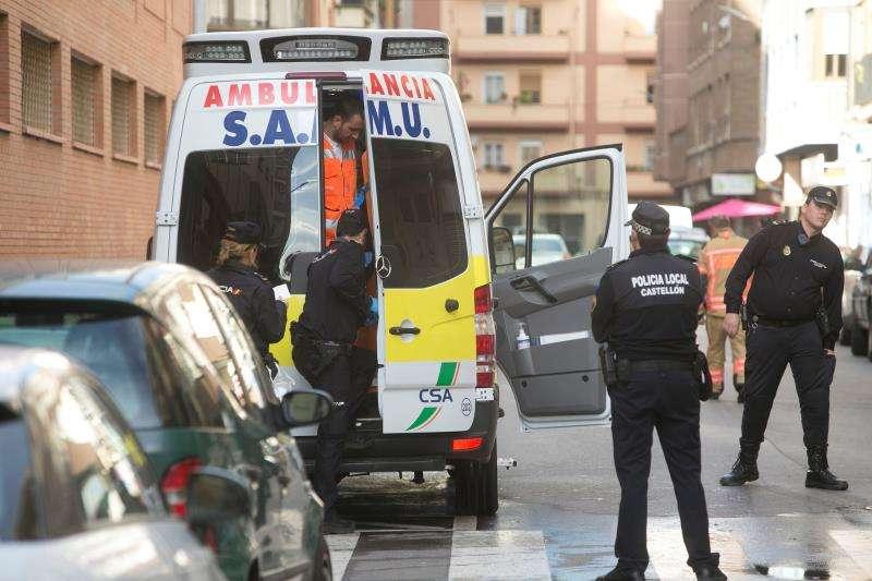 Agentes de la policía local y una ambulancia durante una operación. EFE/Archivo