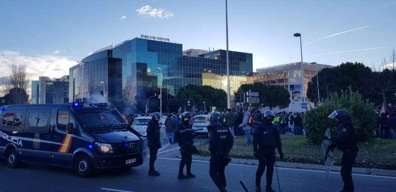 Taxistas y policia en la entrada de Fitur FOTO EPDA