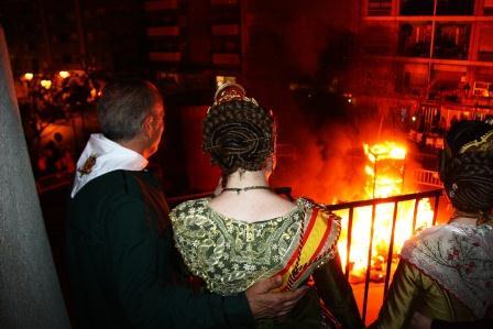 Las Falleras Mayores de Paterna contemplan la cremá del monumento mayor.