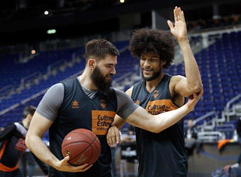 Los jugadores del Valencia Basket Bojan Dubljevic (i) y Louis Labeyrie (d) durante un entrenamiento. EFE/Archivo