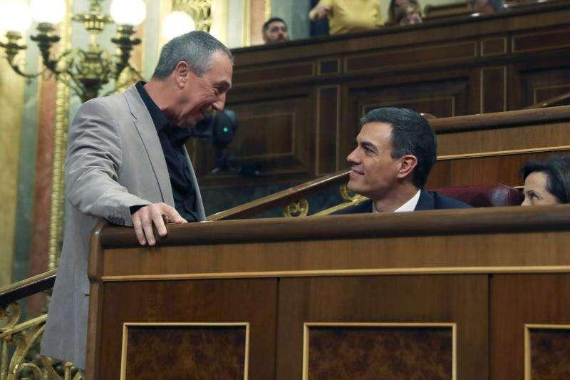El presidente del Gobierno, Pedro Sánchez (c), conversa con el portavoz de Compromìs en el Congreso, Joan Baldoví. EFE/Archivo
