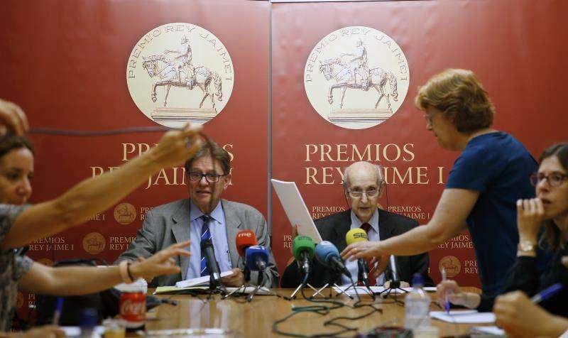 El presidente fundador de los Premios Rey Jaime I, Santiago Grisolía (d), y el presidente ejecutivo, Javier Quesada (i). EFE/Archivo