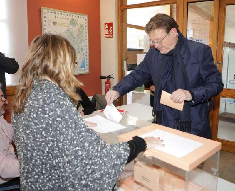 El president de la Generalitat y secretario general del PSPV-PSOE, Ximo Puig, ha votado en su localidad natal, Morella (Castellón). EFE/Generalitat