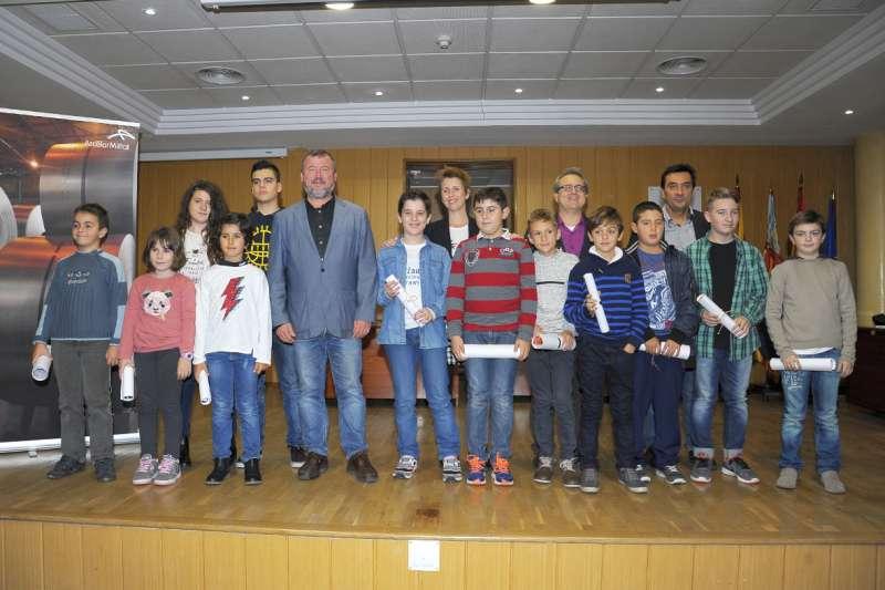 El alcalde de Sagunto, el concejal de Educación y Cultura y el responsable de Comunicación de ArcelorMittal de Sagunto con los alumnos. EPDA