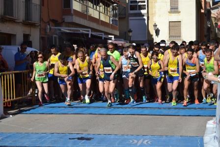 Línea de salida de los corredores que han participado en la XVI Carrera Popular de Cheste.