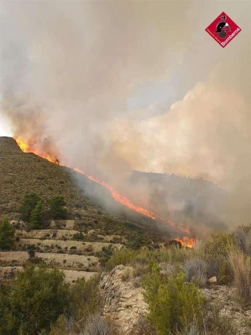 Foto cedida por el Consorcio Provincial de Bomberos de alicante del incendio de Relleu. EPDA.