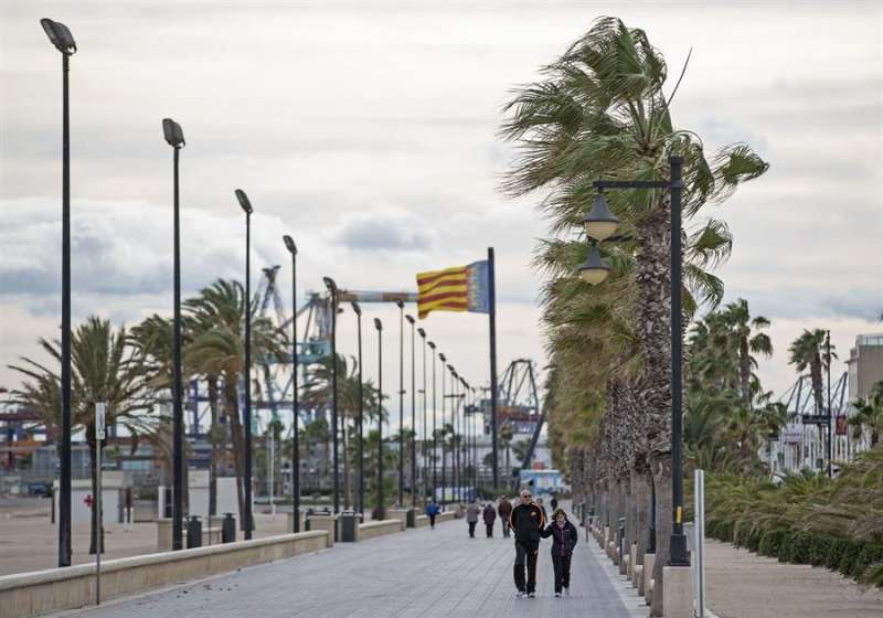 Varias personas pasean por en el paseo marítimo de Valencia en una jornada marcada por el viento en una imagen de archivo. EFE/Manuel Bruque