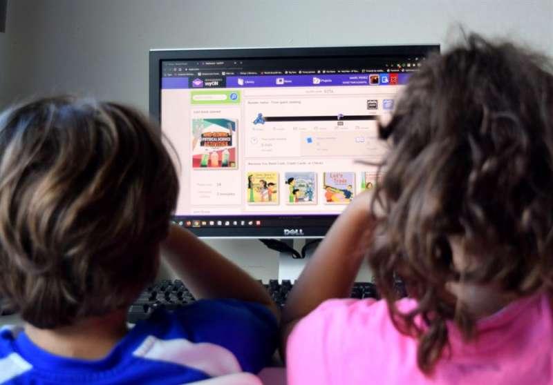A partir de los 14 años, el menor puede decidir sobre su identidad digital y, si considera que ha dañado a su honor, en casos extremos puede denunciar a sus padres, alertan los expertos. EFE