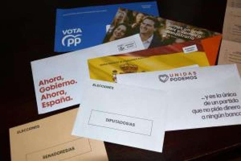 Diferentes programas de cada partido político, el sobre y la papeleta de voto. EFE