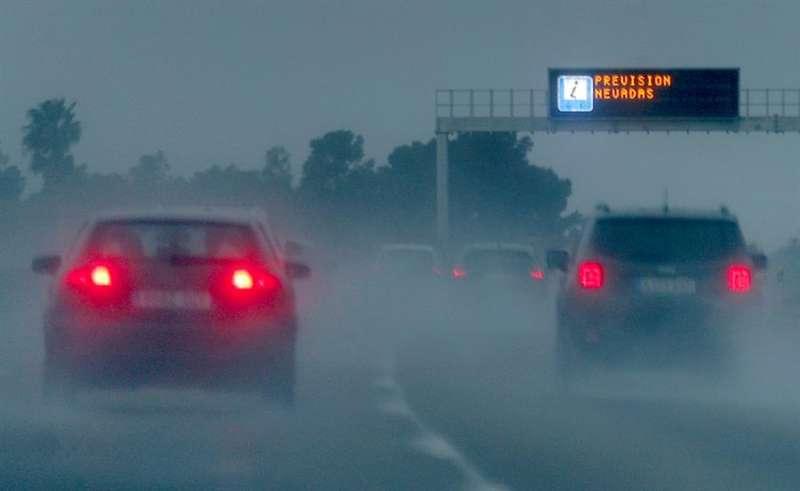 Una señal luminosa avisa del mal tiempo este domingo en una carretera de Valencia. EFE/Kai Försterling