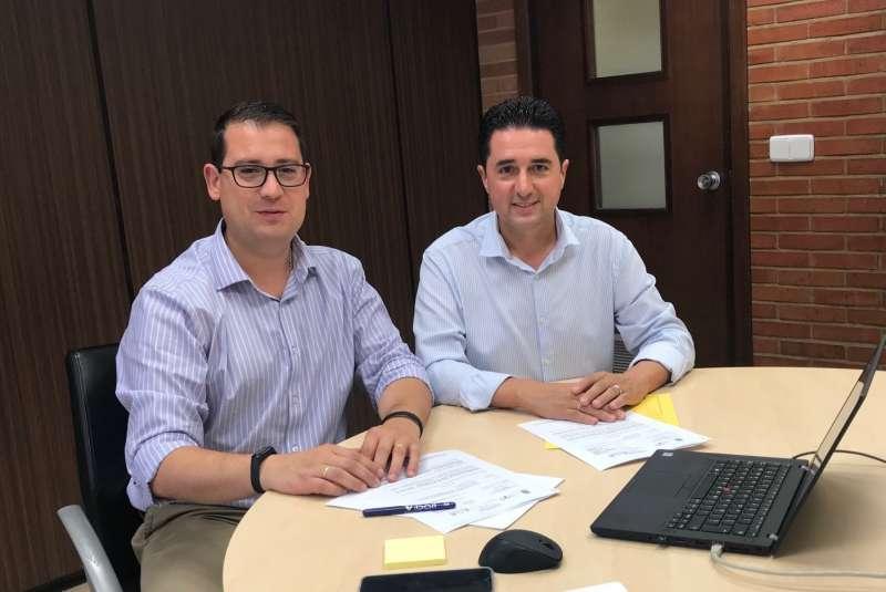 El concejal de Infraestructuras Educativas de Lliria, Paco García,  junto su homólogo en la Dirección General de la Conselleria de Educación, Victor García. EPDA