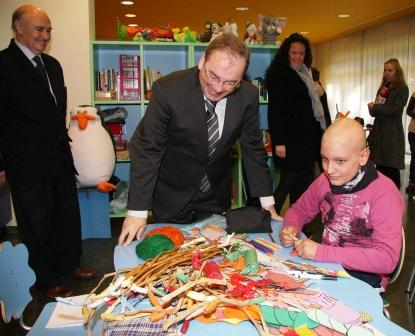 El conseller de Sanitat, Luis Rosado, visita la residencia para pacientes de oncología pediátrica de la Asociación Española contra el Cáncer en Valencia. Foto EPDA