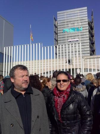 Quico Fernández i Teresa García a les portes de Canal 9. FOTO: EPDA