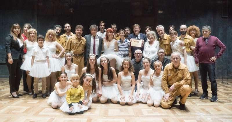 El presidente de la Comunidad Valenciana;Ximo Puig, con el secretario de turismo,Francesc Colomer, empresarios valencianos y toda la compañía de Billy Elliot anoche en el teatro Alcalá de Madrid FOTO CESAR CÁMARA
