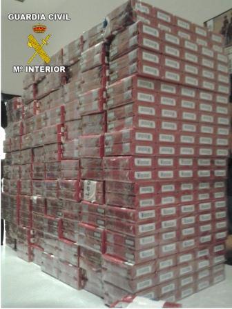 Imagen de más de 500 cajetillas de tabaco intervenidas por la Guardia Civil en una operación de contrabando.