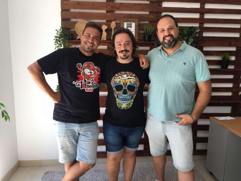 De izquierda a derecha: Vicente Sanfeliu (CEO y Director Creativo) José Luis Platero (artista faldero) y Miguel Sanfeliu (Director de Cuentas).