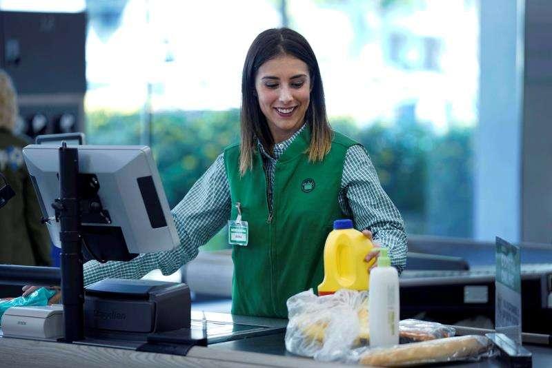 Una trabajadora viste uno de los nuevos uniformes de Mercadona, en una imagen facilitada por la empresa.