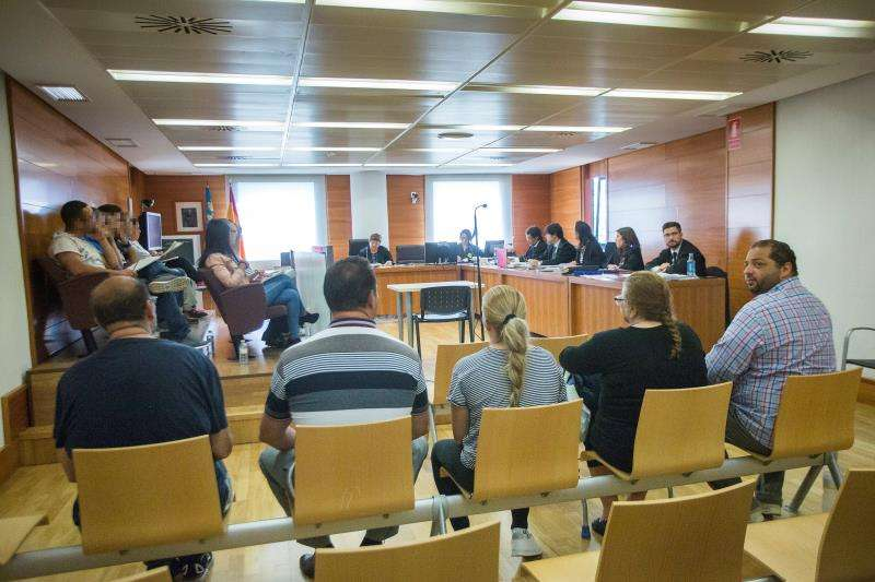 En la imagen varios de los acusados en el banquillo. EFE