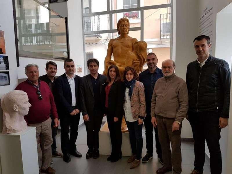 El escultor con representantes del ayuntamiento y Turisme