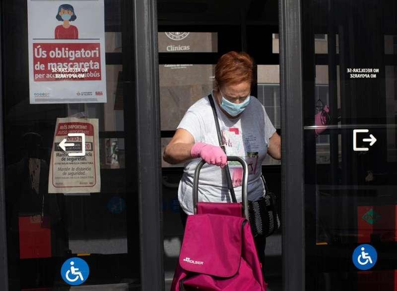Una usuaria del autobús de València con mascarilla. EFE/Biel Aliño/Archivo