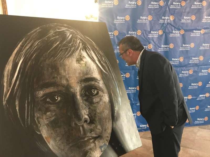 Una persona observa el cuadro ganador por Jiménez en el Concurso del Rotary Club.