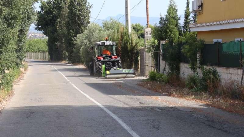 El nou tractor municipal ja ha començat els treballs de neteja.